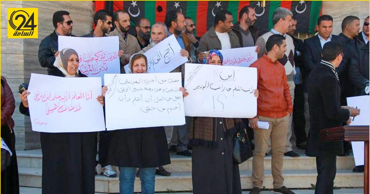 وقفة احتجاجية لمعلمي المنطقة الغربية والجنوبية أمام مقر الأمم المتحدة للمطالبة بزيادة رواتبهم